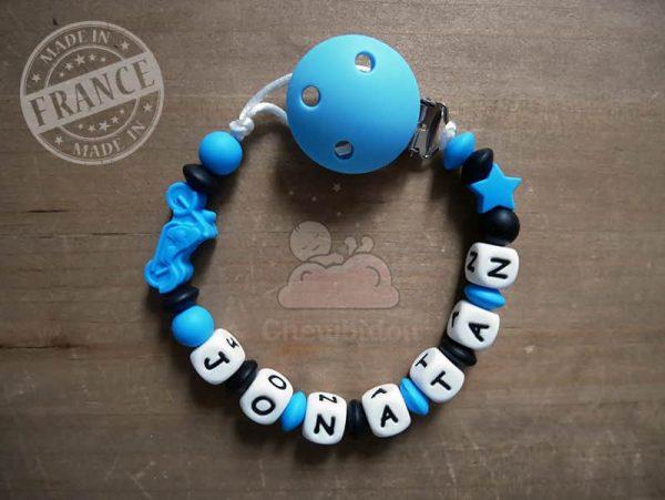 attache tétine silicone pour garçon avec moto bleue prénom jonatan