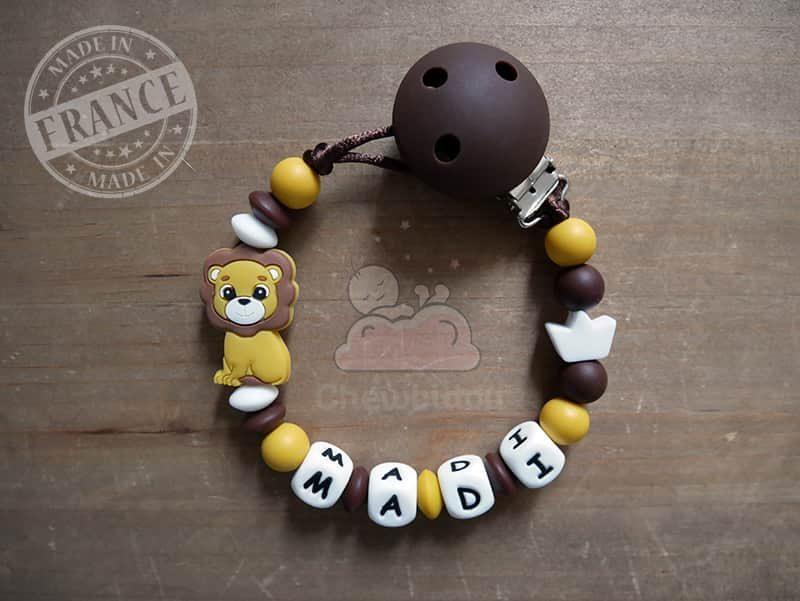 porte tétine en silicone lion et couronne Madi couleur jaune moutarde et chocolat