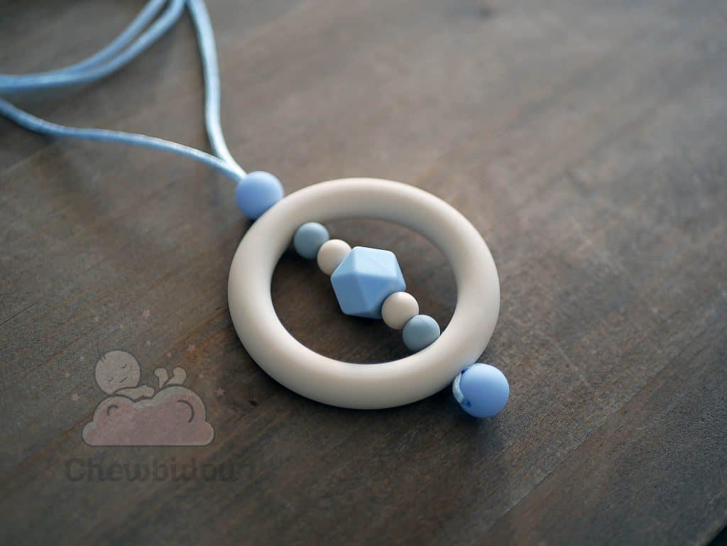 collier allaitement silicone beige bleu pastel vue detaillee
