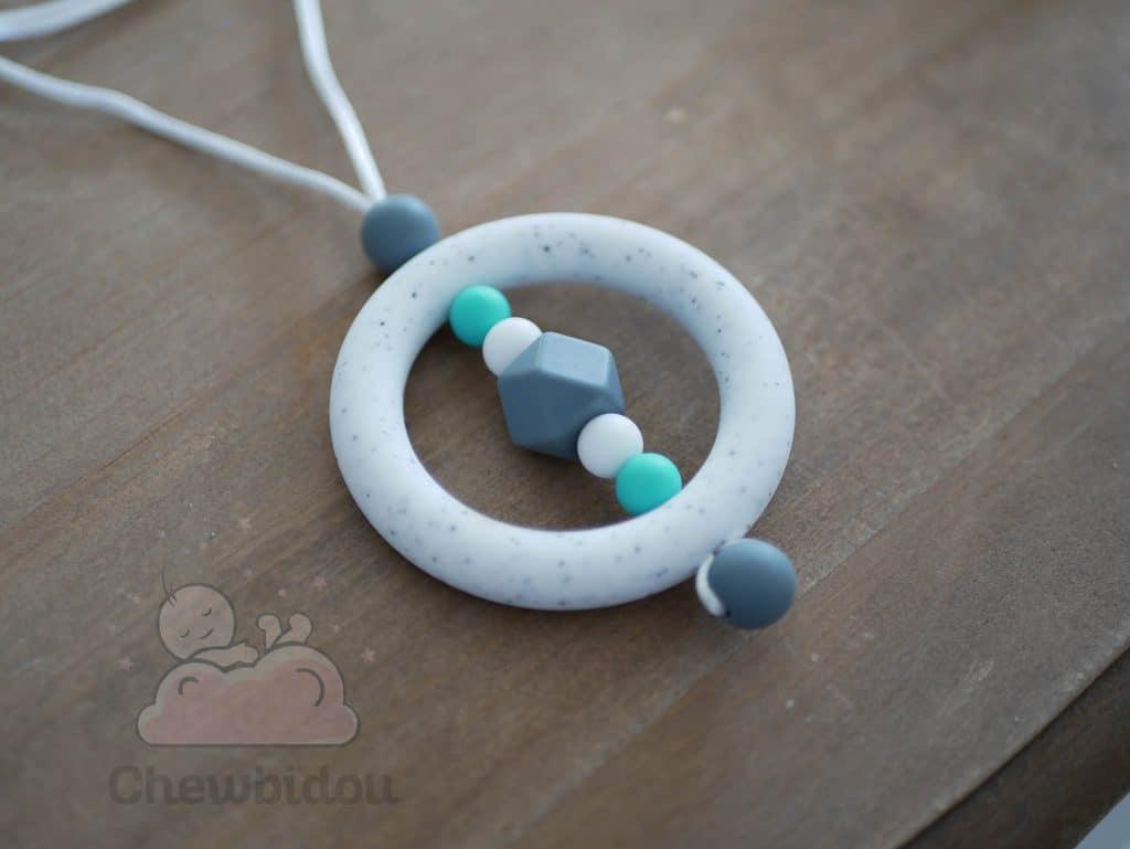 collier de portage ou allaitement en silicone blanc moucheté et turquoise
