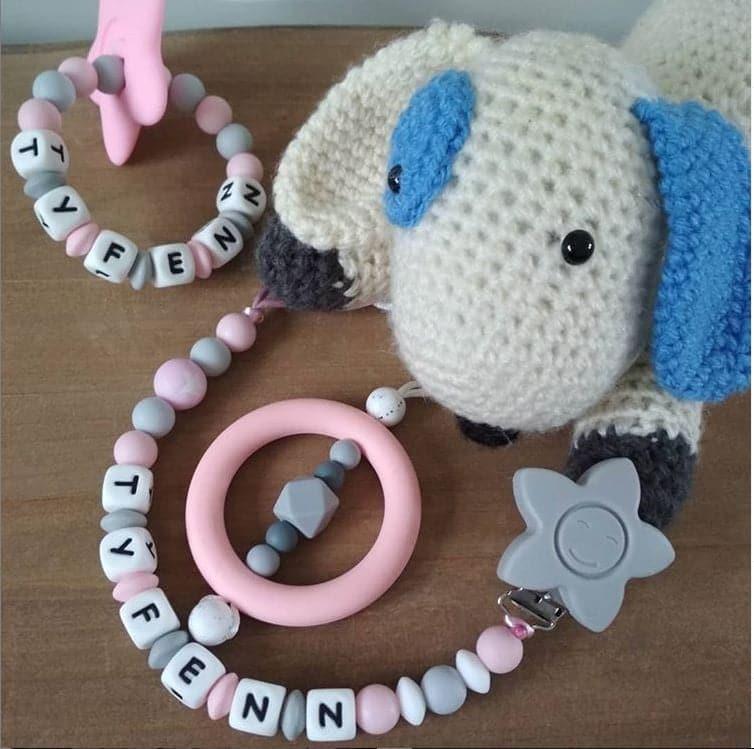 idée de cadeau naissance bébé avec attache tétine hochet de dentition et collier d'allaitement vendu sur Chewbidou