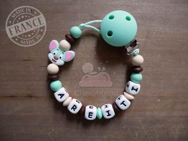 accroche tétine au prénom de bébé avec petite souris couleur menthe et beige