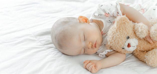 Habiller bébé la nuit, pyjama, peluche et gigoteuse